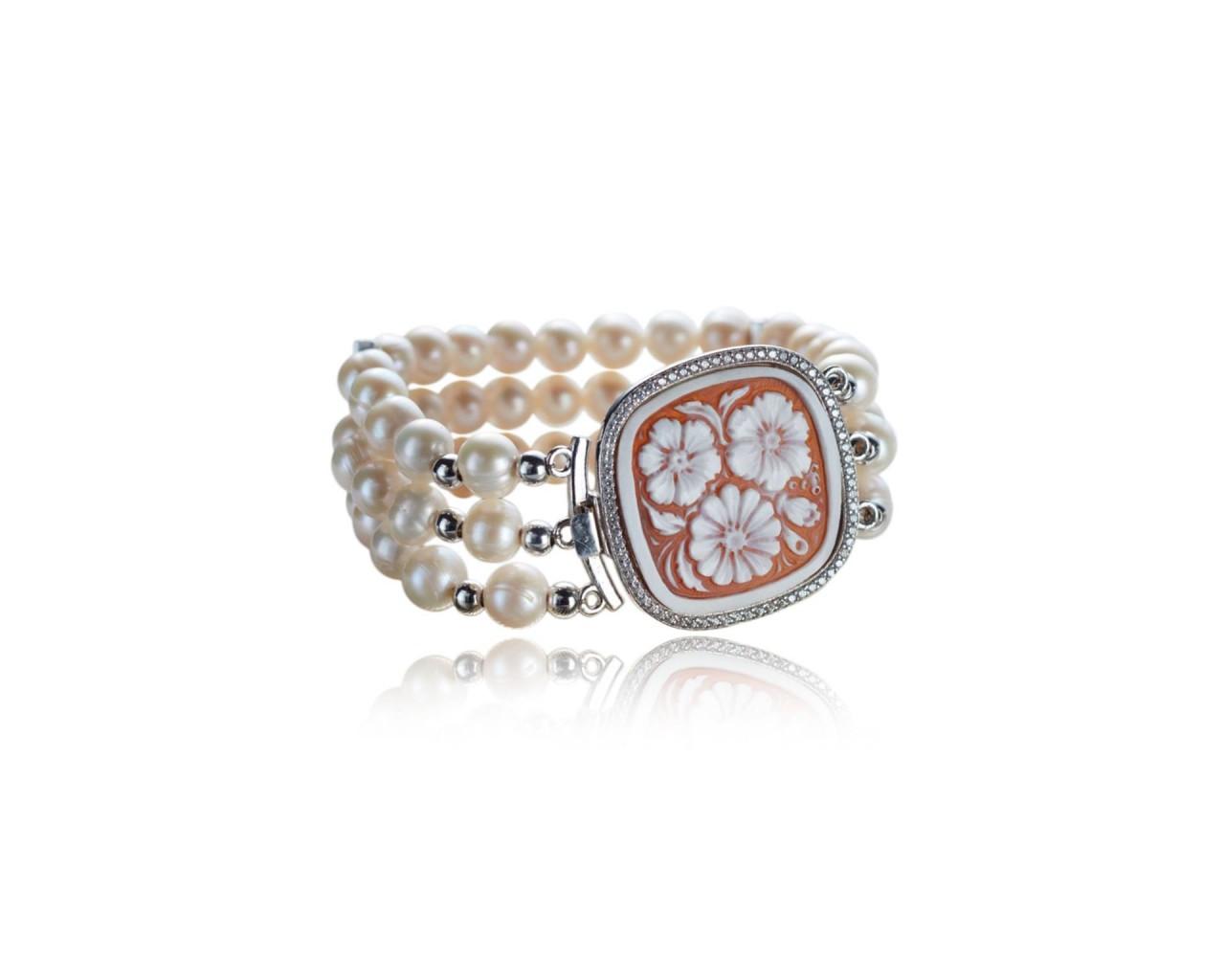 Bracciale in argento in forma rettangolare,con perle di fiume e cammeo sardonico
