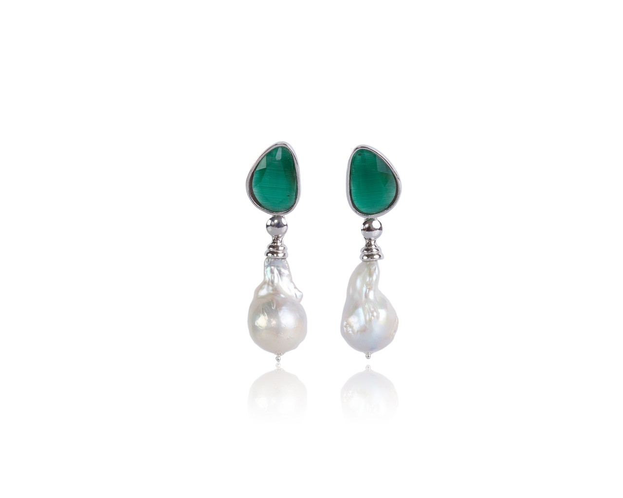 Orecchini in argento con pietre color verde e perle barocche naturali
