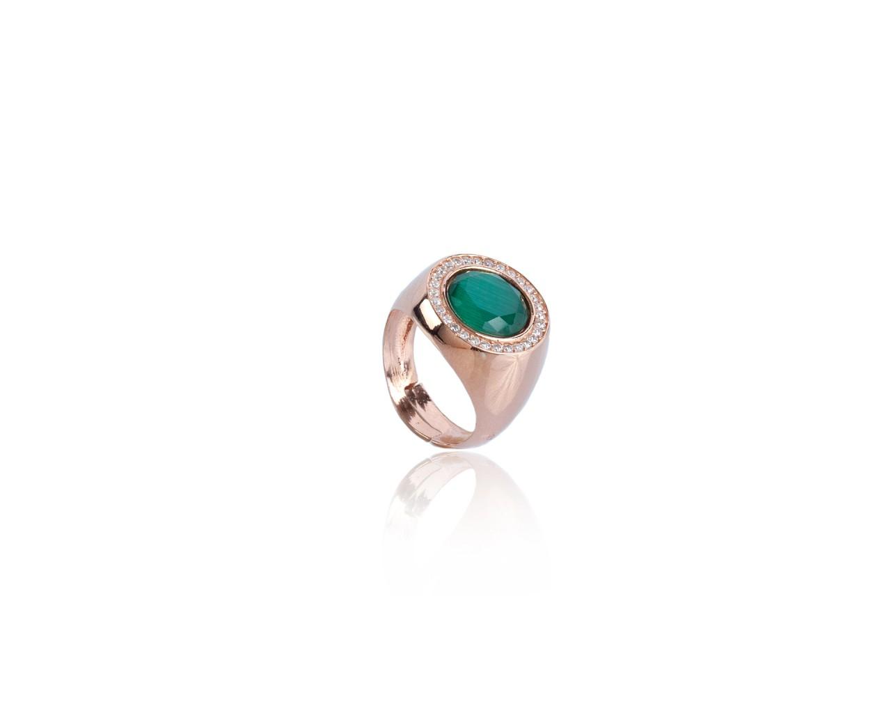 Anello in argento con pietra di colore verde scuro